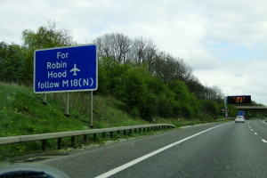 Auch die Ausfahrt auf der Autobahn ist links.