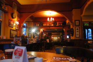 Fish and chips und ein pint Bier im Pub genießen - ganz nach der feinen englischen Art.