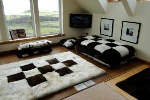 Schaffelle können auch modern arrangiert werden.