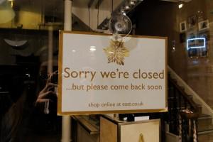 """Spotted an der Eingangstür eines Shops in Norwich. Bei uns würde einfach """"Geschlossen"""" stehen ..."""