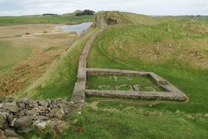 Hadrianswall ist teilweise noch einigermaßen gut erhalten.